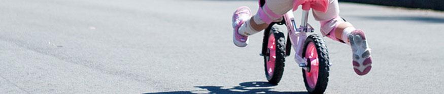 Dettaglio bambina in bicicletta